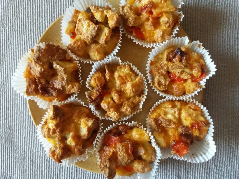 Bundáskenyér muffinok egy tányéron