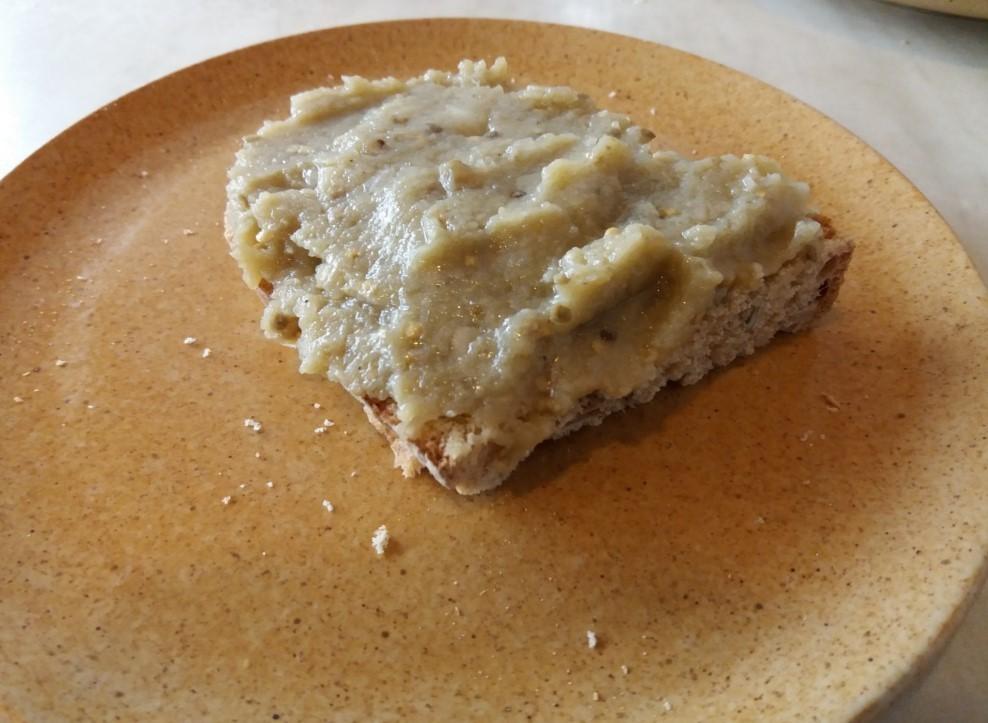 Padlizsánkrém kenyérre kenve