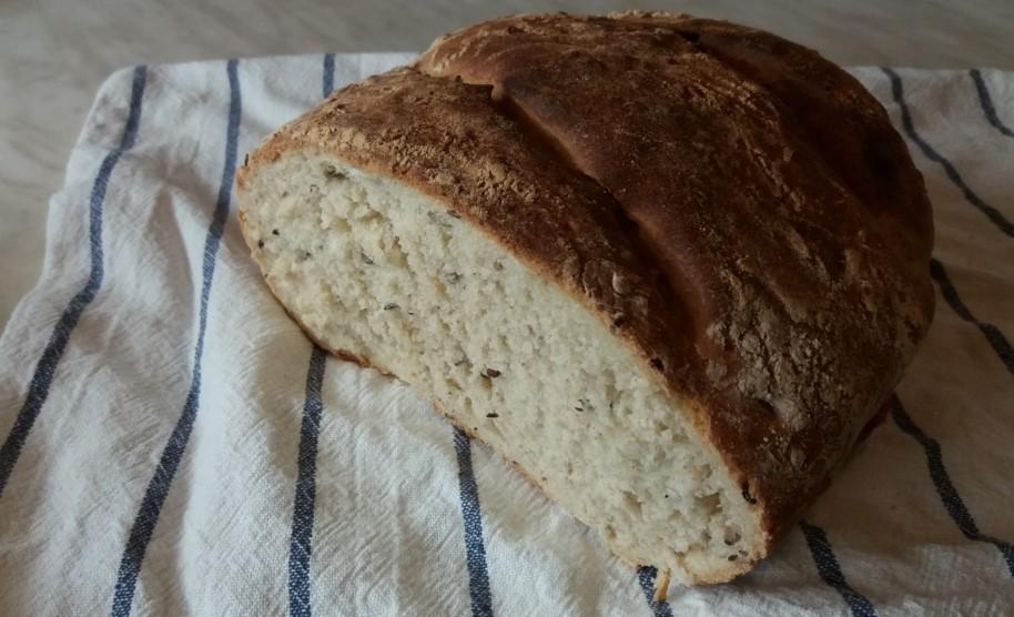 Házi kenyér félbevágva
