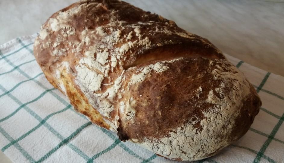 Krumplis kenyér kockás terítőn