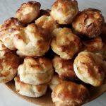 Hagymás krumplis pogácsa tányéron