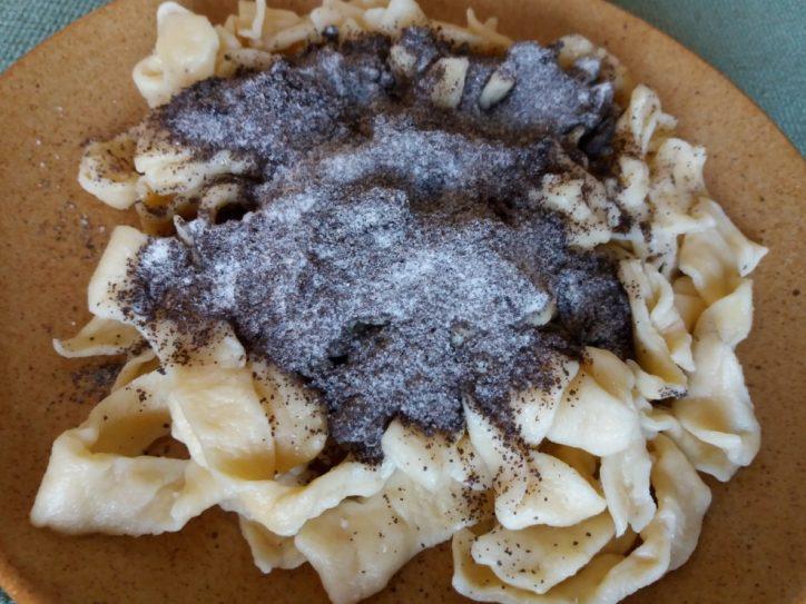 Mákos tészta tányéron