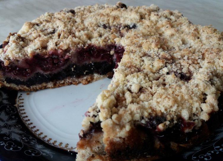 Meggyes mákos torta tányéron