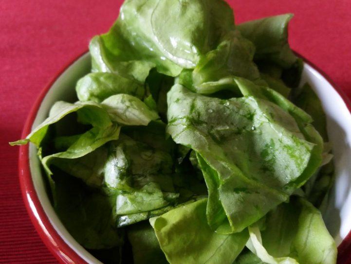 Ecetes saláta tálban