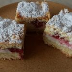 Epres túrós süti tányéron