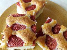 Egyszerű epres süti tányéron