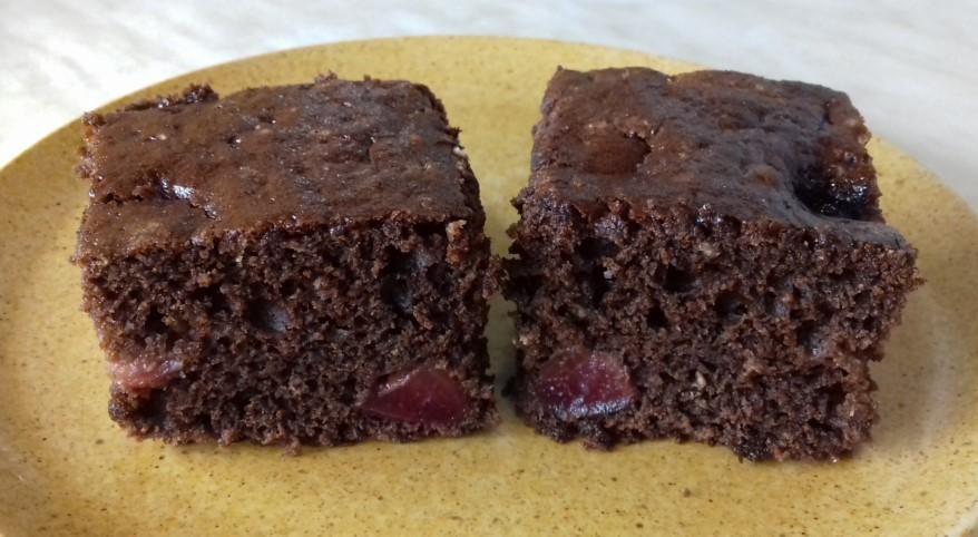 Kakaós, cseresznyés sütemény tányéron