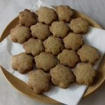 Linzer keksz tányéron