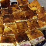 Sok túrós barackos süti tányéron