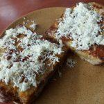 Sajtos bundáskenyér reszelt sajttal megszórva