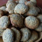 Citromos mákos keksz tányéron