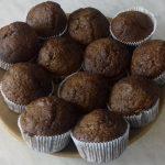 Cukkinis mákos muffin tányéron