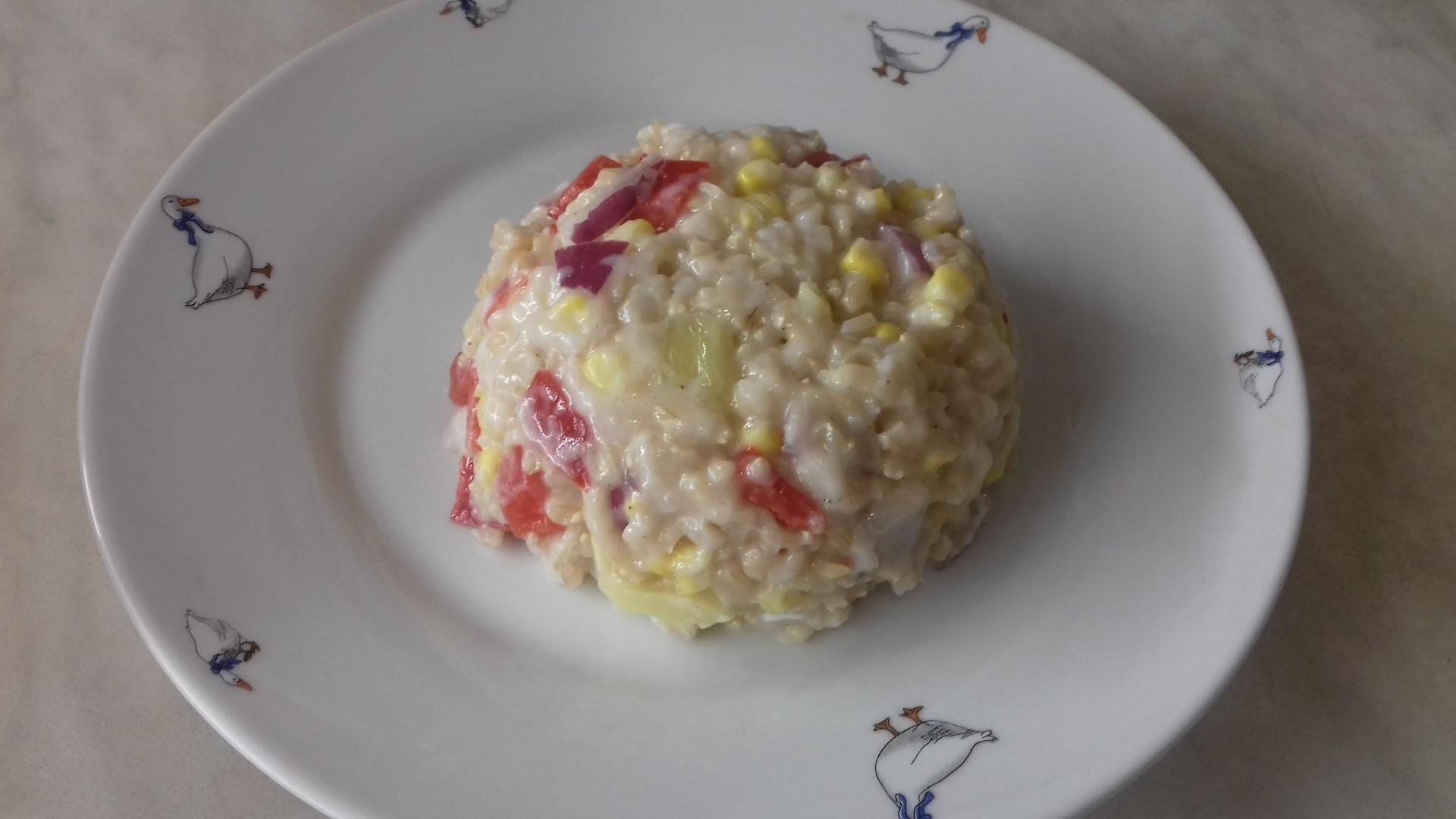 Hideg rizssaláta tányéron
