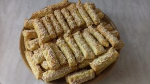 Szezámmagos sajtos rudak tányéron
