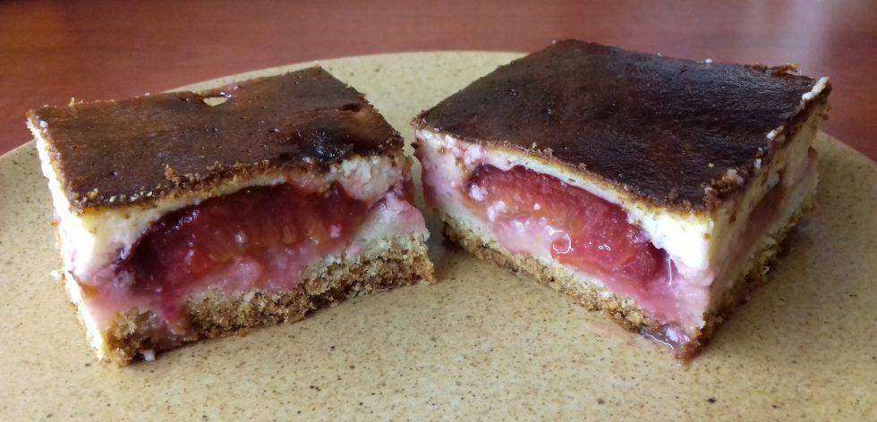 Túrós szilvás süti tányéron